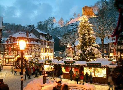 kerstmarkt in monschau in kerstsfeer